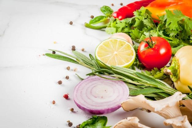 Légumes biologiques crus frais, herbes, épices, citron vert pour le dîner de préparation