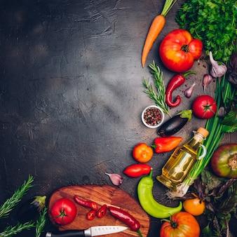 Légumes biologiques crus avec des ingrédients frais pour une cuisine saine sur fond vintage, vue de dessus, bannière. concept alimentaire végétalien ou diététique. disposition d'arrière-plan avec espace de texte libre.