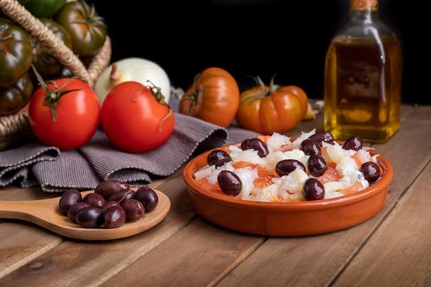 Légumes biologiques dans un panier en osier sur une table en bois rustique.