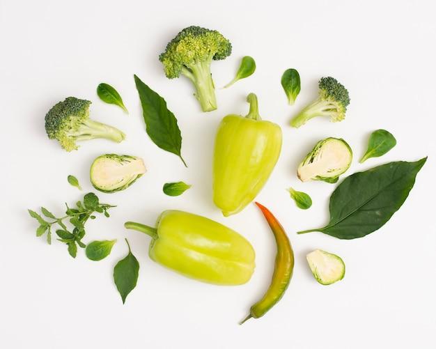 Légumes biologiques sur fond blanc