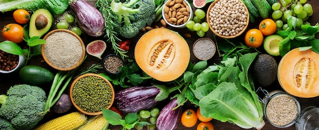 Légumes biologiques frais, céréales haricot mungo, quinoa, pois chiches, flocons d'avoine, noix