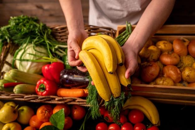 Légumes biologiques frais dans un panier. produits de la ferme. fruits et légumes naturels cultivés dans votre jardin. photo de haute qualité