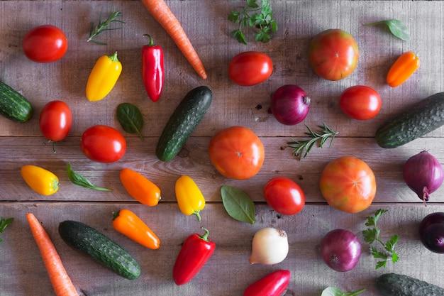 Légumes biologiques frais sur un fond en bois. vue de dessus