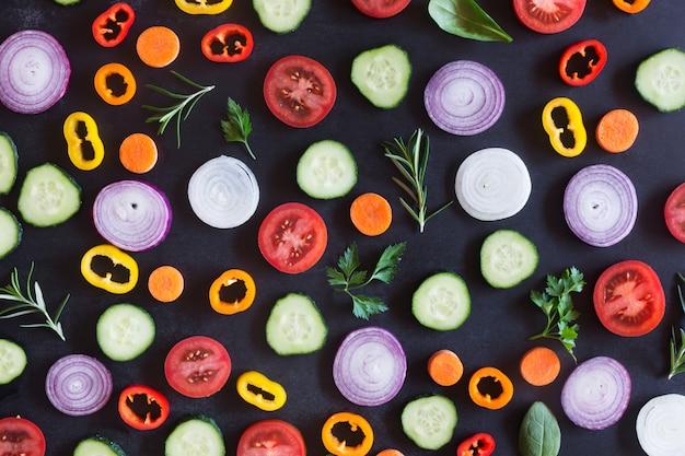 Légumes biologiques frais sur un fond sombre. vue de dessus
