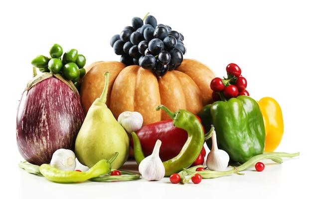 Légumes biologiques frais, isolés sur blanc