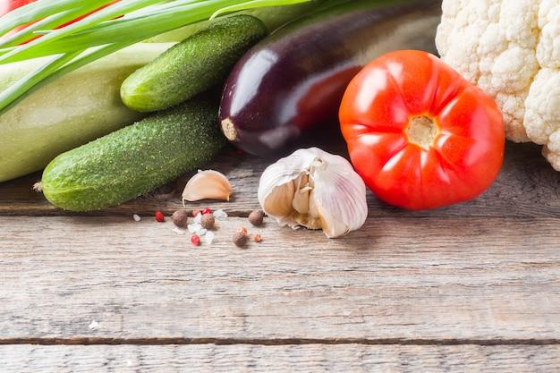 Légumes biologiques frais tomate oignon concombres ail aubergine chou-fleur courgette