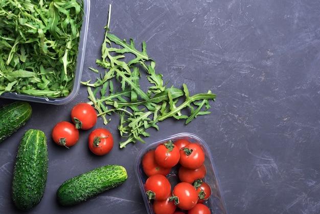 Légumes biologiques frais et verdure pour la cuisson d'aliments sains sur la vue de dessus de la surface sombre, espace de copie