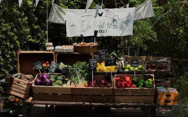 Légumes biologiques locaux frais au marché fermier