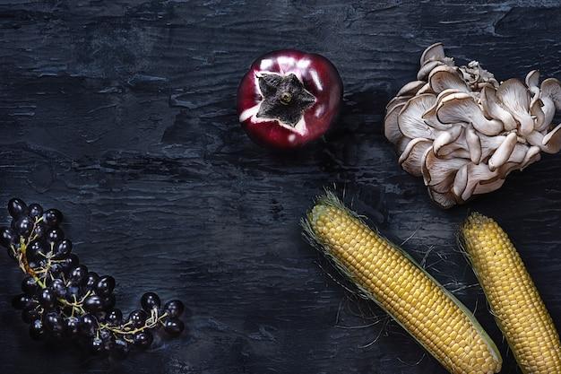 Légumes biologiques sur table en bois. vue de dessus