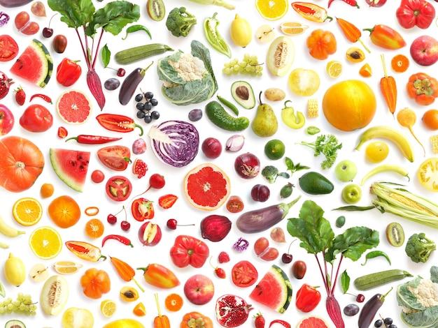 Légumes colorés et feuilles sur blanc