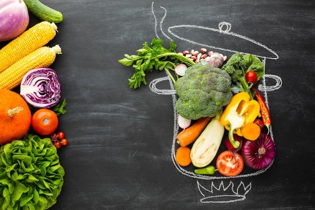 Légumes colorés sur un pot de craie