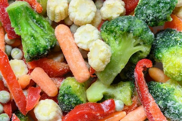 Légumes colorés surgelés. motif abstrait. contexte alimentaire.