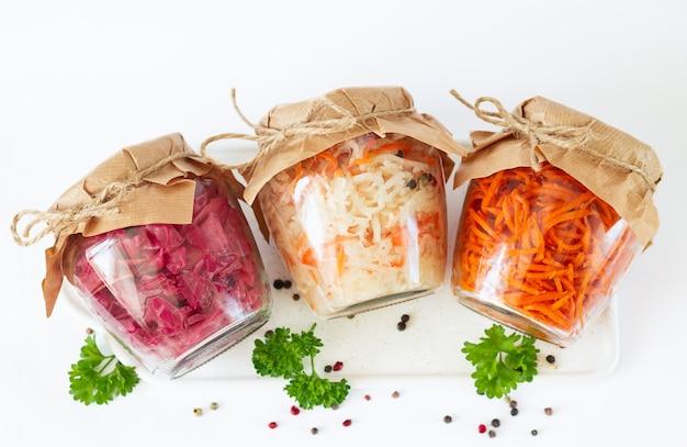 Légumes en conserve marinés maison. trois bocaux en verre de délicieux aliments fermentés