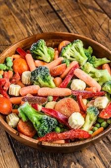 Légumes coupés surgelés, brocoli, poivrons doux, tomates, carottes, pois et maïs