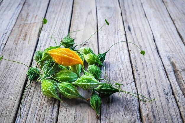 Légumes à la courge amère sur un bois
