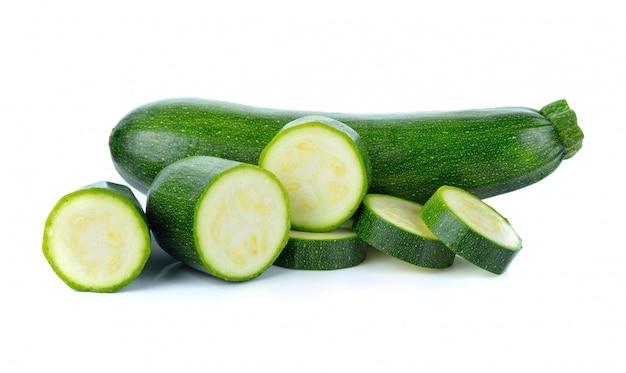 Légumes de courgettes vert isolés sur blanc