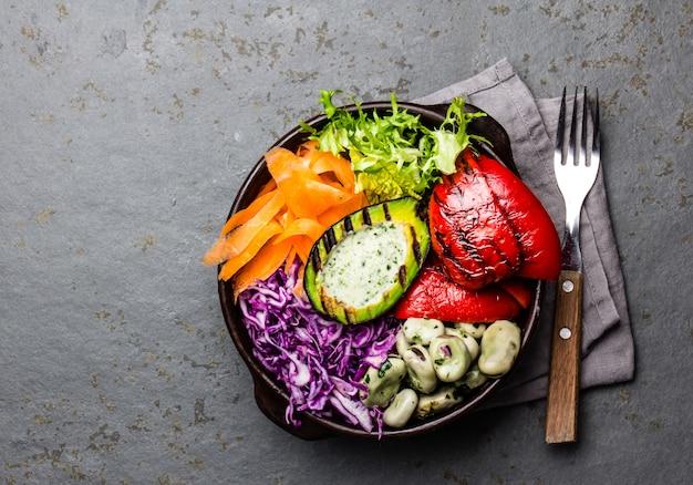 Légumes crus aux haricots, avocat grillé et poivron