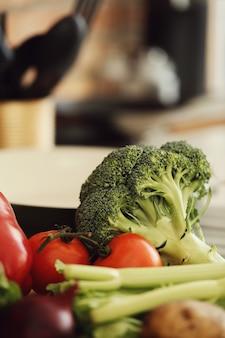 Légumes crus sur planche de bois