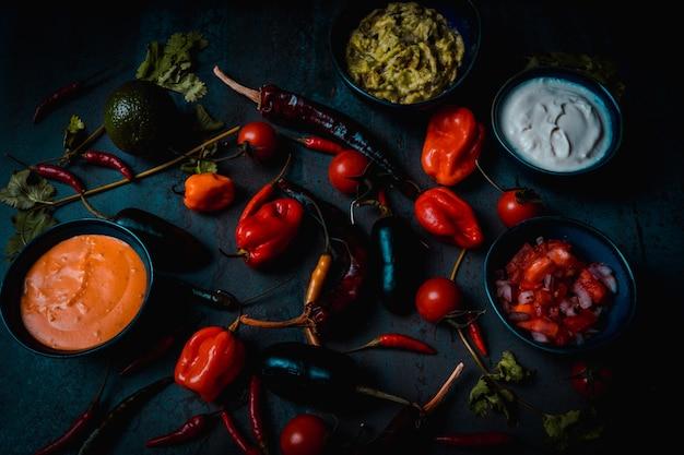 Légumes de la cuisine mexicaine pour les nachos de style alimentaire sombre