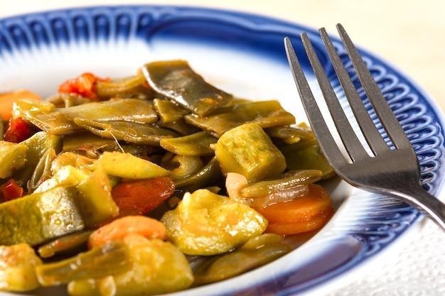 Légumes cuits sur une assiette