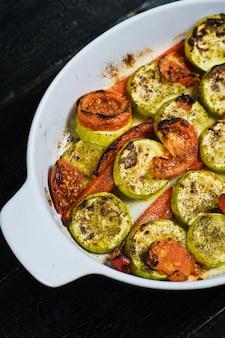 Légumes cuits dans un plat allant au four, courgettes, poivrons et courgettes.