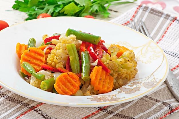 Légumes cuits à la vapeur - chou-fleur, haricots verts, carottes et oignons