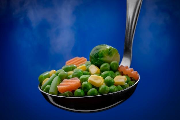 Légumes cuits à la vapeur dans une louche