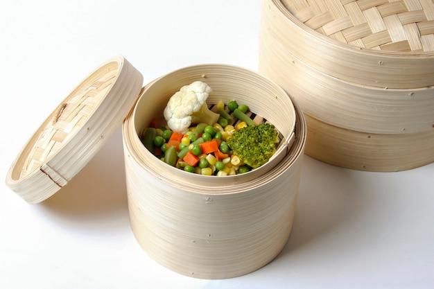 Légumes cuits à la vapeur, nourriture végétarienne saine. fond blanc.