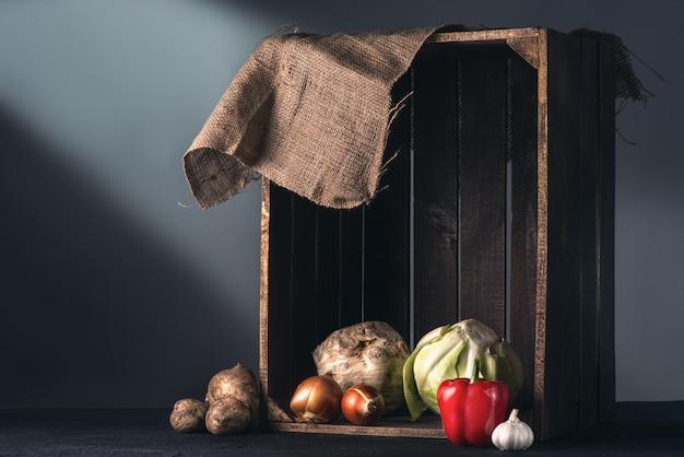 Légumes dans une boîte en bois
