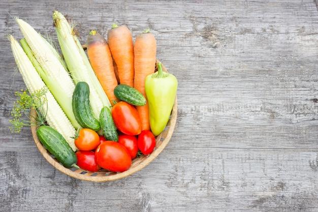 Légumes dans le panier sur fond en bois, concept d'aliments sains, vue de dessus