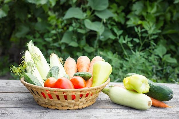 Légumes dans le panier sur fond en bois, concept d'aliments sains