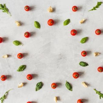 Légumes décoratifs disposés dans un cadre circulaire avec un espace pour le texte