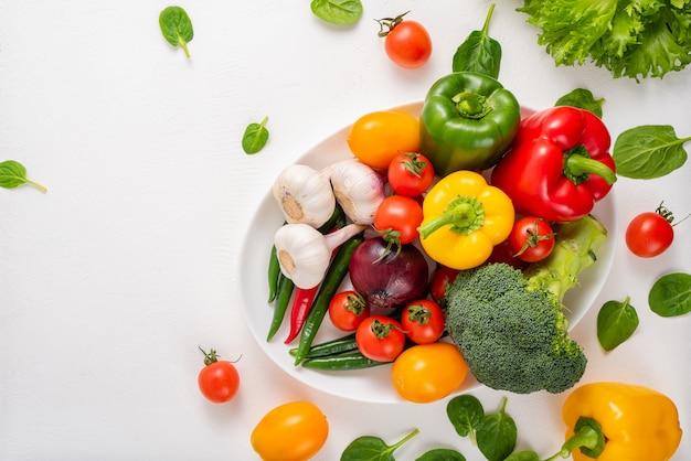 Légumes entiers sur fond blanc, espace de copie.