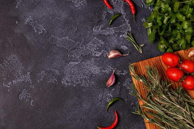 Légumes, épices, herbes pour cuire le persil, le romarin, la tomate, l'ail, le piment
