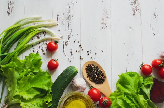 Légumes et épices sur une table en bois. fond