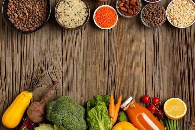 Légumes et épices sur une table en bois