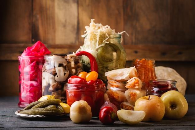 Légumes de fermentation en pots