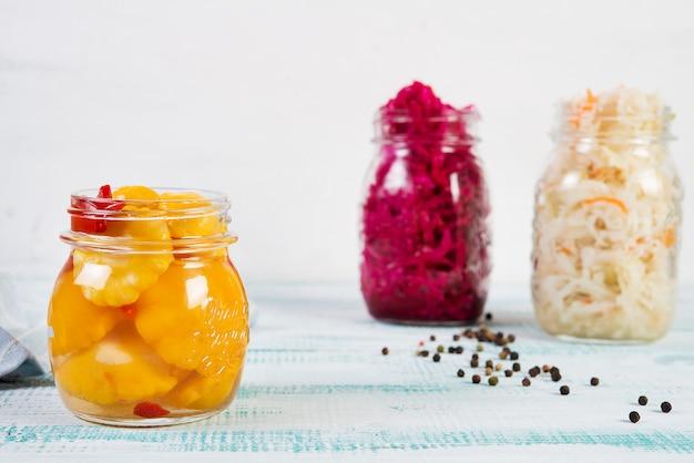 Légumes fermentés maison en pots, chou, carottes, betteraves, courges
