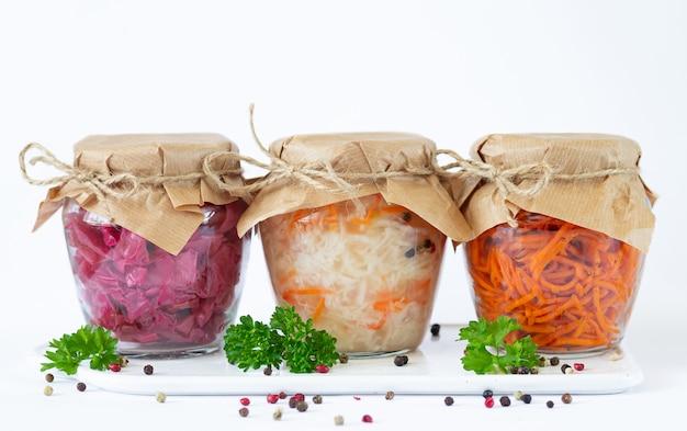 Légumes fermentés marinés dans des bocaux en verre prêts à manger