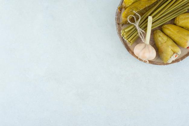 Légumes fermentés mixtes sur morceau de bois.