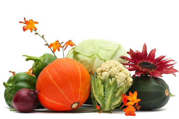 Légumes et fleurs d'automne isolés sur blanc