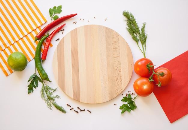 Légumes sur fond blanc et planche à découper