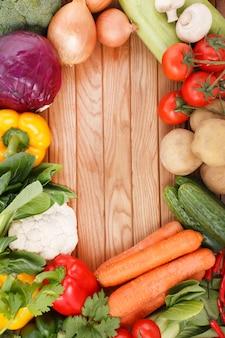 Légumes sur fond de bois avec un espace pour le texte.