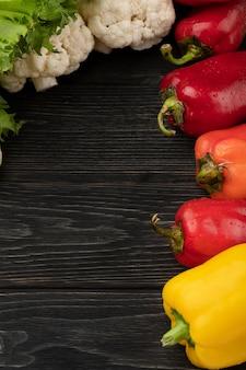 Légumes sur fond de bois foncé avec espace de copie et vue de dessus