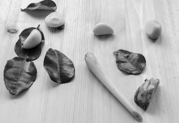 Légumes de fond de conception abstraite sur un fond en bois. ton noir et blanc