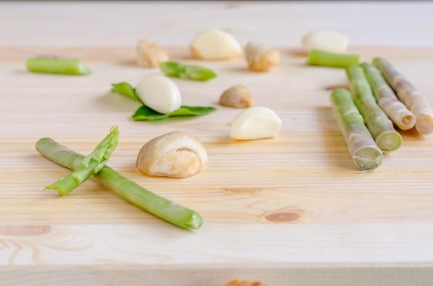Légumes de fond de conception abstraite sur un fond en bois, ton vintage