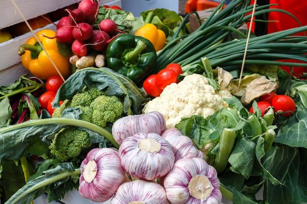 Légumes frais - ail, chou-fleur, verdure, oignon sur une table de pique-nique un jour d'été. alimentation saine.