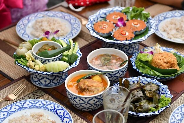 Des légumes frais au chili et au curry sont servis aux touristes étrangers.