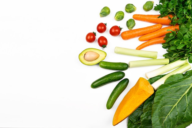 Légumes frais à l'avocat. fond de nourriture saine isolé sur blanc
