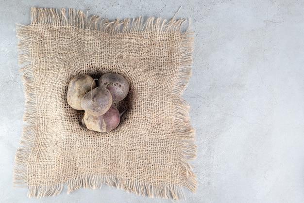 Légumes frais de betteraves rouges sur un sac. photo de haute qualité